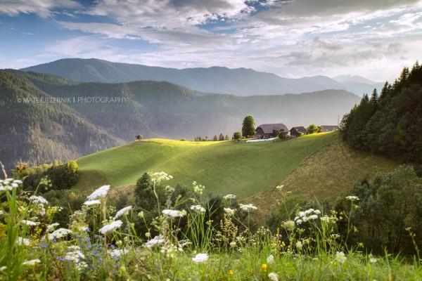 Samotna visokogorska kmetija na Koroškem; Remote mountain farm in Koroška region; Landscape; Pokrajina; Sun rays; meadow; sončni žarki; travniki
